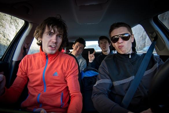 """""""Dream Team"""" – Za kółkiem Konrad """"Daj blok, 27 i ciężko, Banan, Na chuk się ze mną droczysz, Miss lipca, Boczek"""" Boczyński, z tyłu po lewej Maciek """"Lotnik, Ziemniak, Mac Book"""" Trzeciak i po prawej słynny Tomek """"Wielkoręki, Wielkoręki, Chomik"""" Woch."""