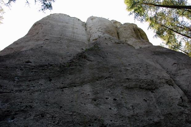 Czołowa ściana Gołębnika. Z lewej Niemyte Dusze, środkowym brzuszkiem wiedzie Udręka i Ekstaza, a przy prawej krawędzi zdjęcia słynne Pandemonium.