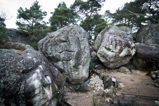 Jedne z najsłynniejszych kamieni w Bleau, filarem na środku biegnie Tristesse