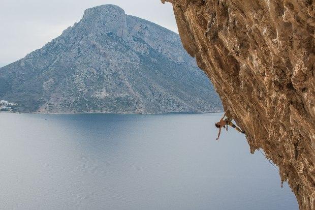 Chyba większość wspinaczy na świecie rozpozna ten widok. Grande Grotta na Kalymnos. Prowadzę Aegialis 7c, w tle sąsiednia wyspa Telendos.